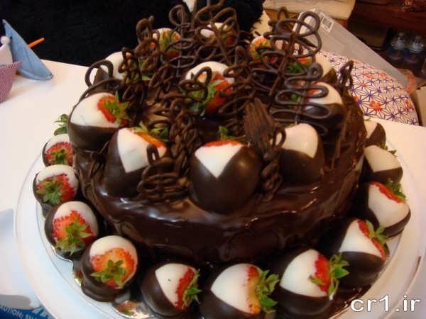 تزیین شیک کیک شکلاتی با خامه و شکلات