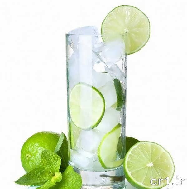 تزیین شربت تابستانی با یخ و لیمو