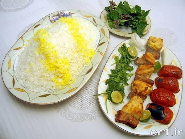 تزیین دیس جوجه کباب با سبزی و گوجه