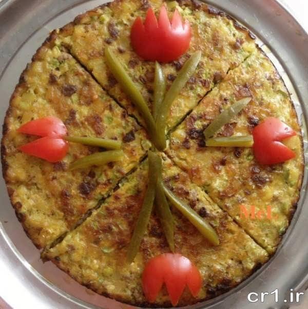 تزیین روی کوکو با خیارشور و گوجه