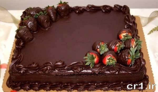تزیین روی کیک با شکلات و توت فرنگی