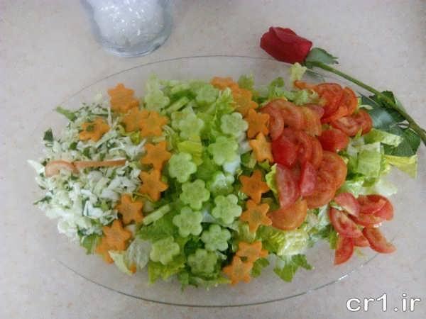 تزیین ظرف سالاد کاهو با خیار و گوجه