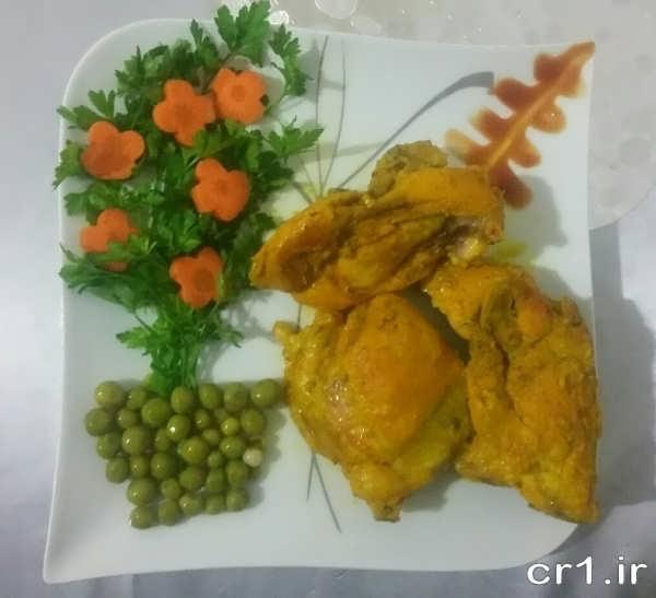 تزیین مرغ با نخود سبز و جعفری