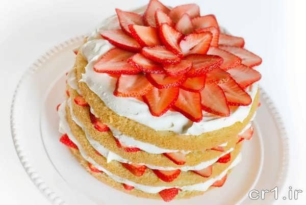 تزیین ساده کیک اسفنجی با میوه