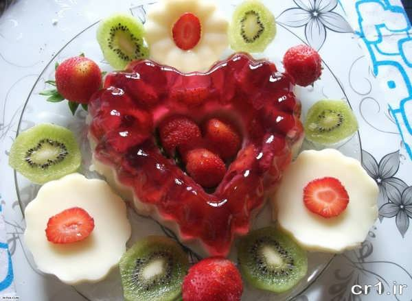 تزیین ژله قالبی با توت فرنگی