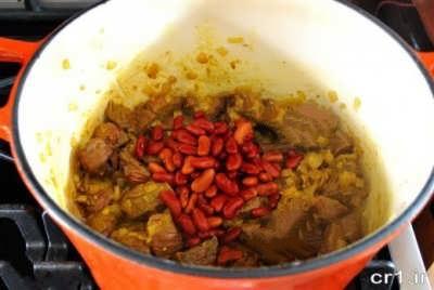 اضافه کردن لوبیا به خورش قورمه سبزی