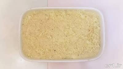 ریختن سس سفید و پنیر پیتزا روی مایع گوشتی موساکا