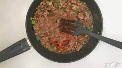 اضافه کردن رب به مایع گوشتی موساکا