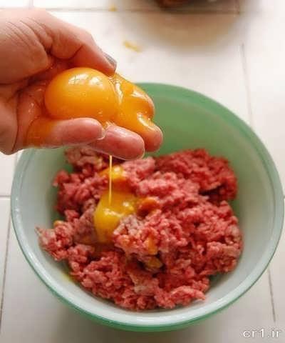 اضافه کردن تخم مرغ به گوشت چرخ کرده