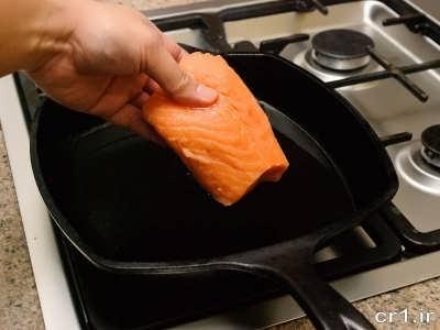 قرار دادن ماهی سالمون تکه شده در روغن