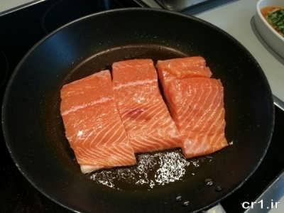 سرخ کردن ماهی سالمون در تابه