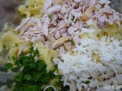 مخلوط کردن سینه مرغ با سیب زمینی و جعفری و پنیر پیتزا