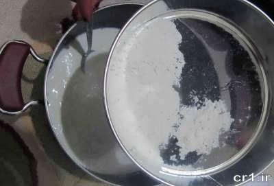 اضافه کردن آرد الک شده در مایه دسر