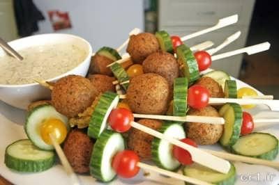 تزیین فلافل لبنانی با خیار و گوجه