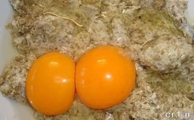 اضافه کردن تخم مرغ به مایه کوکوی عدس