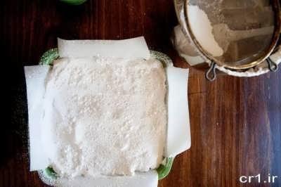ریختن پودر قند و نشاسته روی خمیر شیرینی