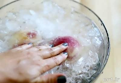 قرار دادن هلو در آب سرد