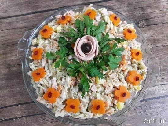 تزیین سالاد ماکارونی مجلسی با سبزی خرد شده و هویج