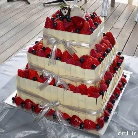 تزیین کیک سه طبقه با توت فرنگی